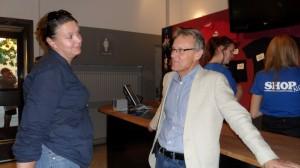 Julius, producenten, och Christine, Produktionsassistenten, samtalar om något väldigt viktigt ser det ut som!